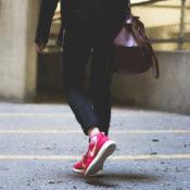 バッグを持つ女性の画像