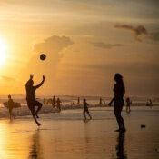 ビーチでスポーツをする人々の画像